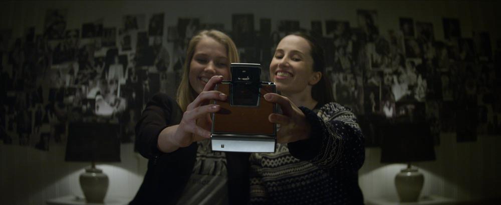 """ตัวอย่างภาพยนตร์ เรื่อง """"Polaroid (2019) โพลารอยด์ ถ่ายติดตาย"""" ข้อมูลหนัง  เรื่องย่อภาพยนตร์ – ZaWebsite"""
